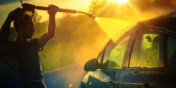 Bilde av mann som vasker bilen sin.
